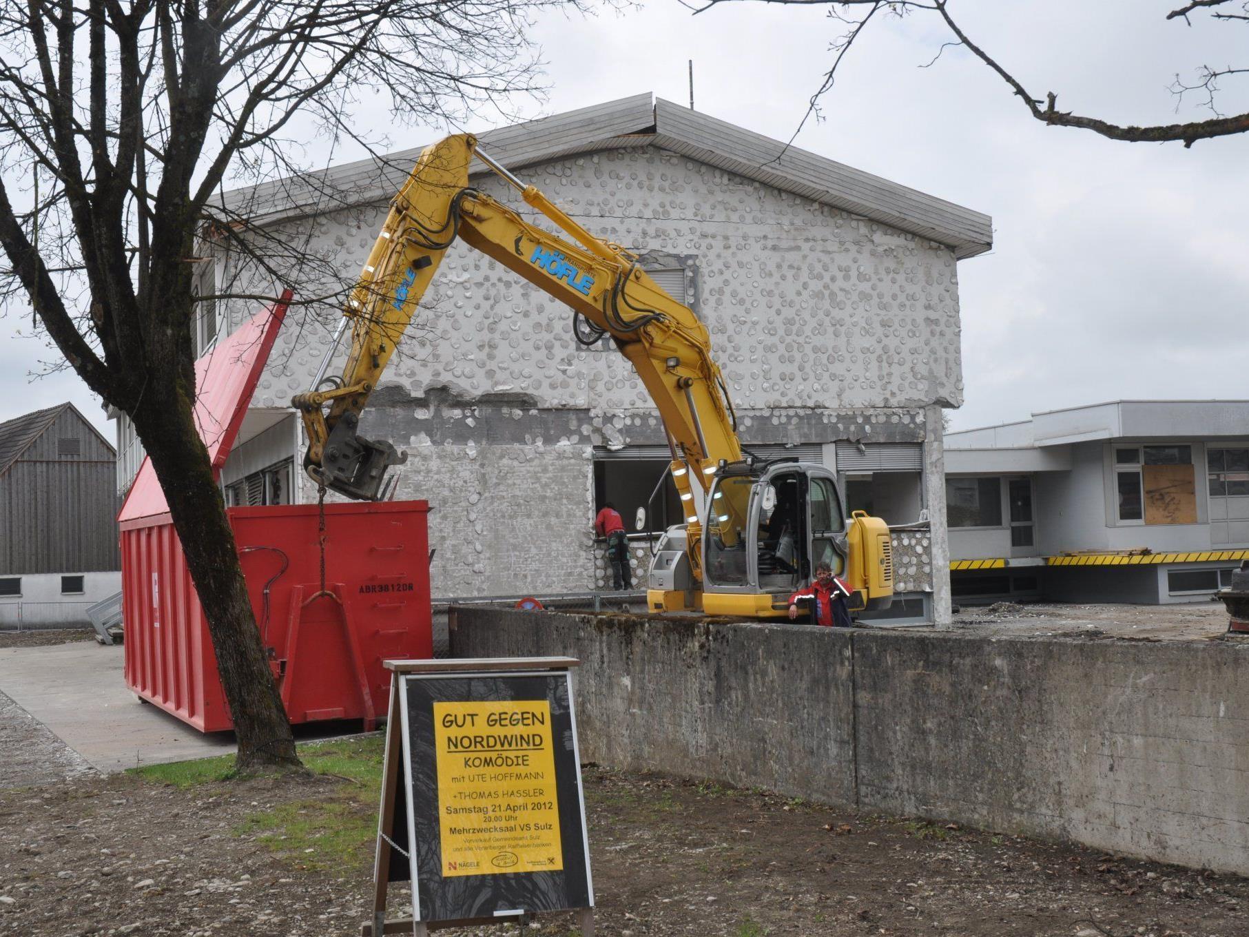 Die Aussenisolierung beim ehemaligen VKW Gebäude wird abgetragen.