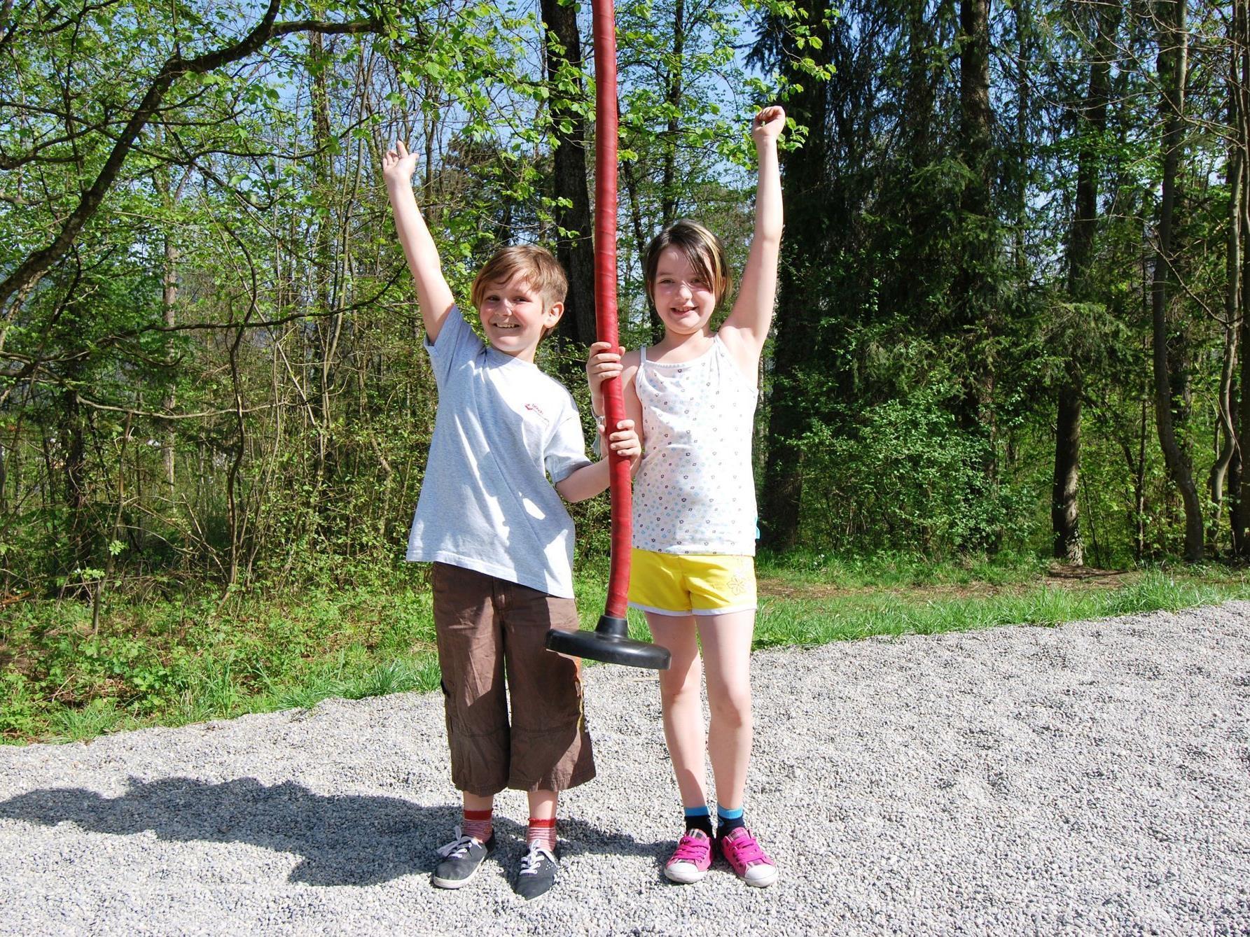 Nadine, 10 (li) und Lena, 9, haben es nicht weit zum Spielplatz und genießen ihn in vollen Zügen