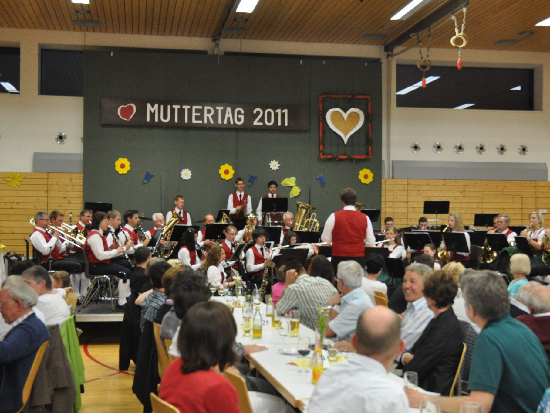Der Schützenmusikverein lädt zum Muttertagskonzert in den Mehrzwecksaal.