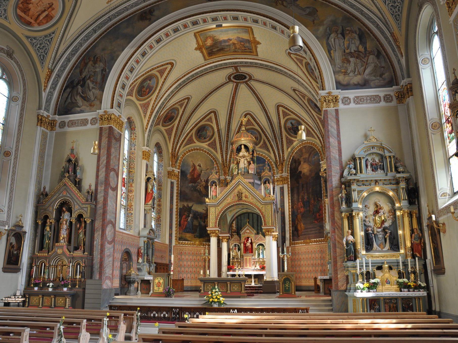 Schrunser Kirche feierlich geschmückt für die Osternachtfeier