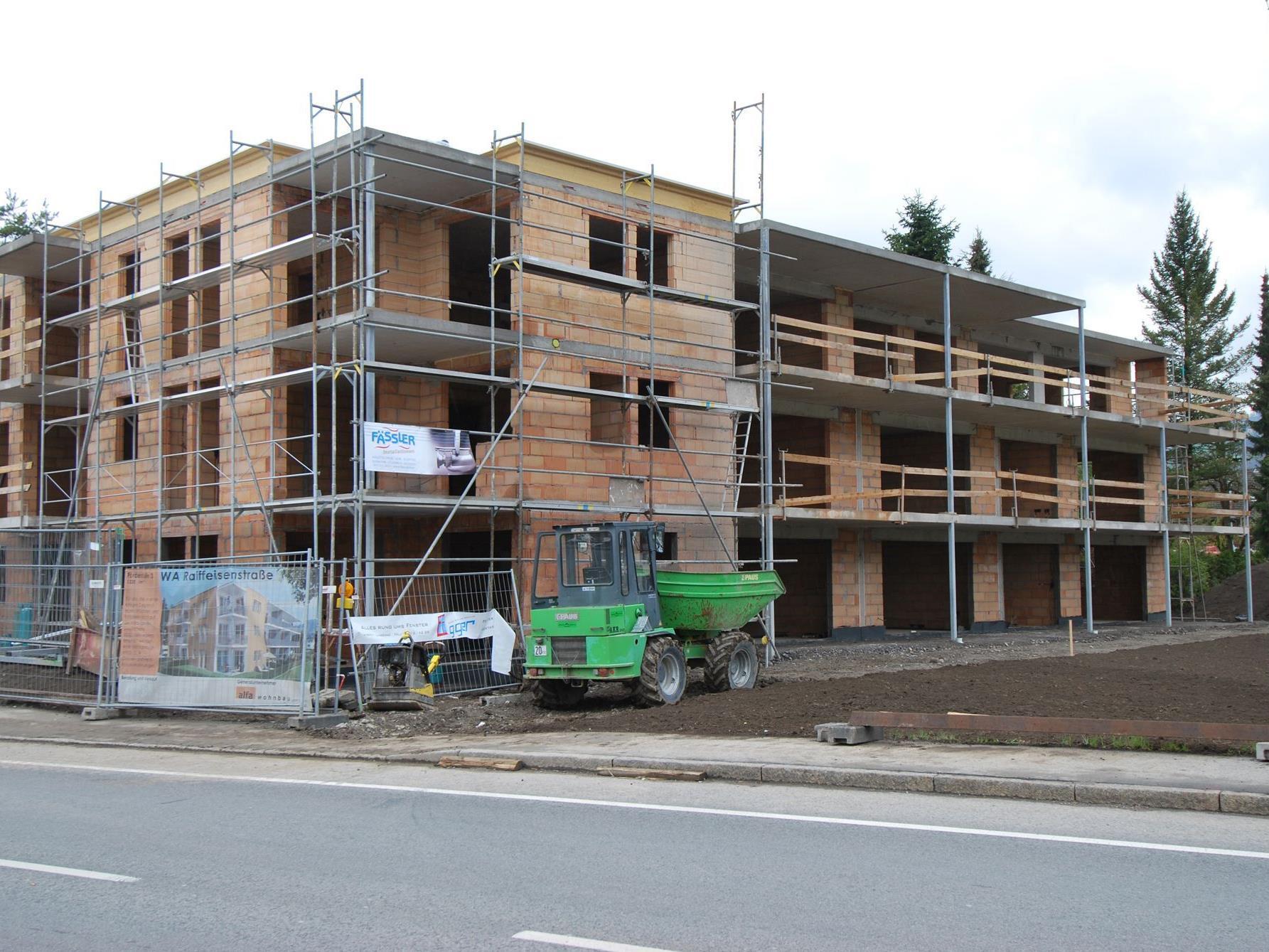 Der Rohbau ist bereits fertiggestellt beim Mehrfamilienhaus Raiffeisenstraße