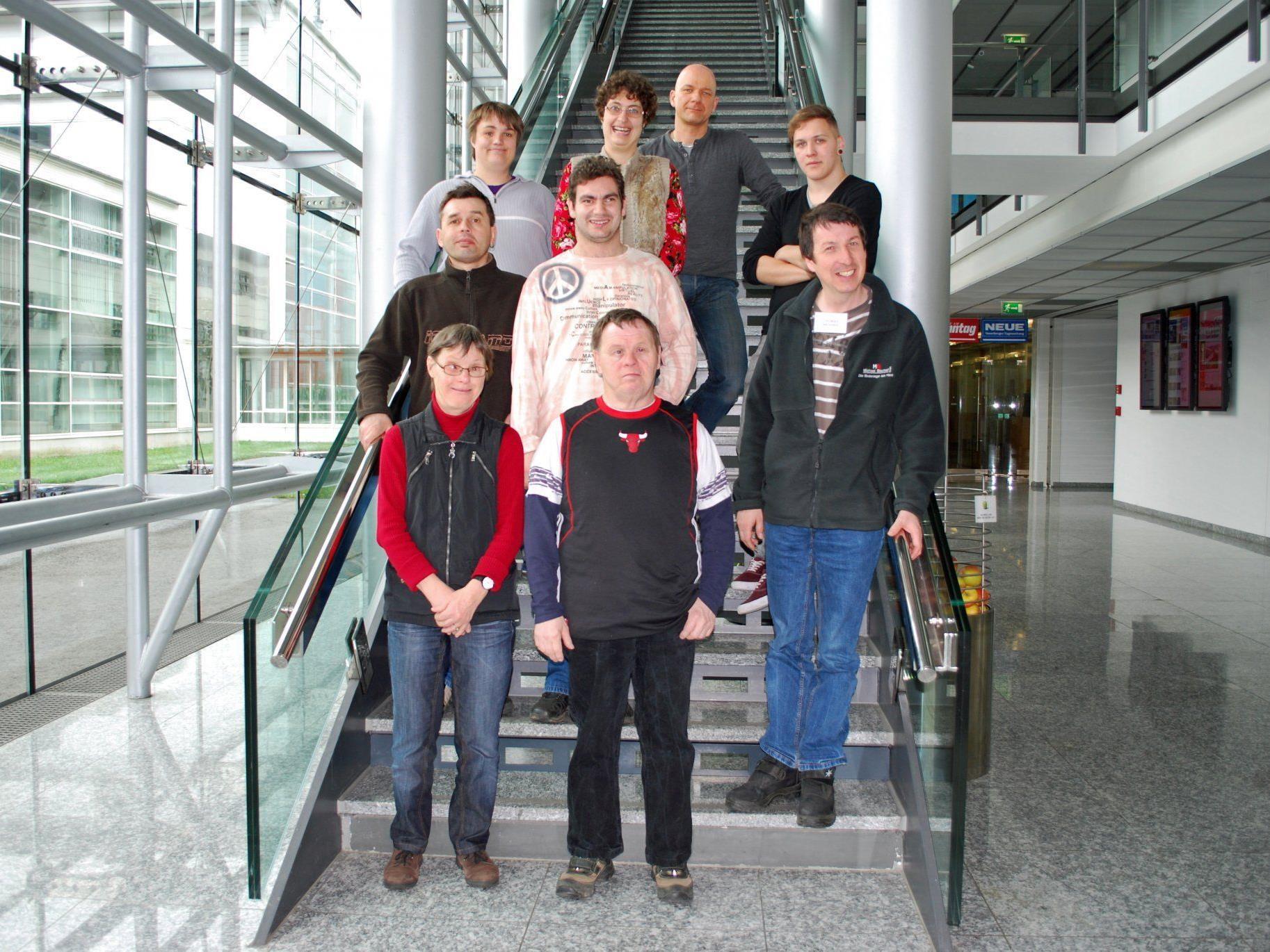 Eine Gruppe der Fachwerkstätte Schwarzach bei ihrem Besuch im Medienhaus.