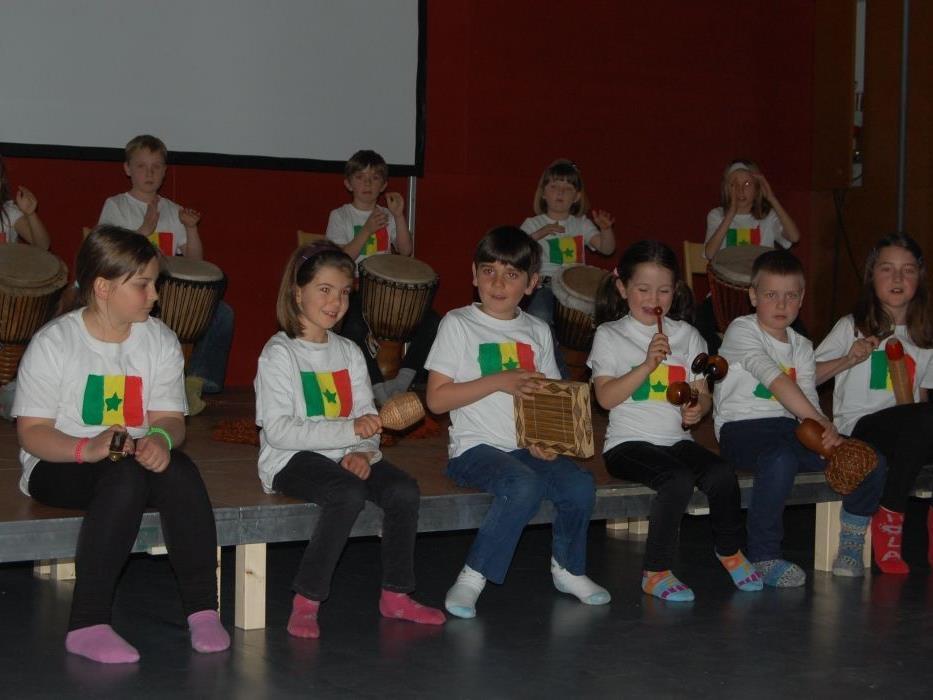 Die Kinder der Reformklasse Latschau beeindruckten mit einer Trommelvorführung.