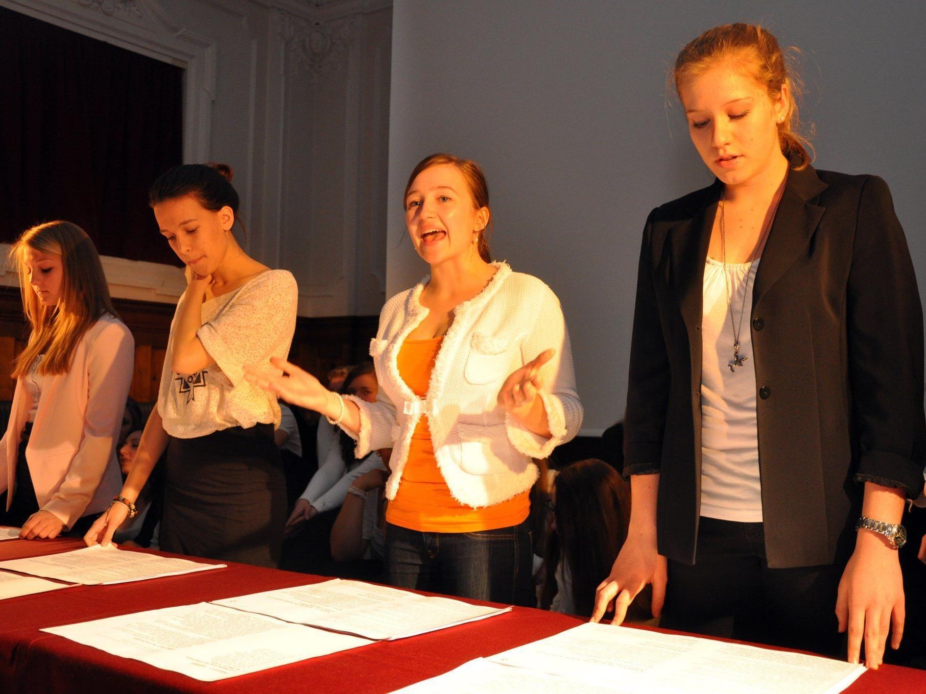 Die Schüler der 6b rezitierten Texte rund um das Thema Schule und Lernen.
