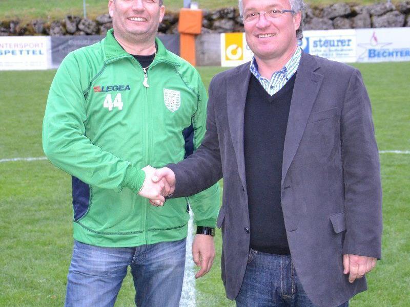Manfred Baldauf übergab dem FC Doren die neue Anzeigetafel