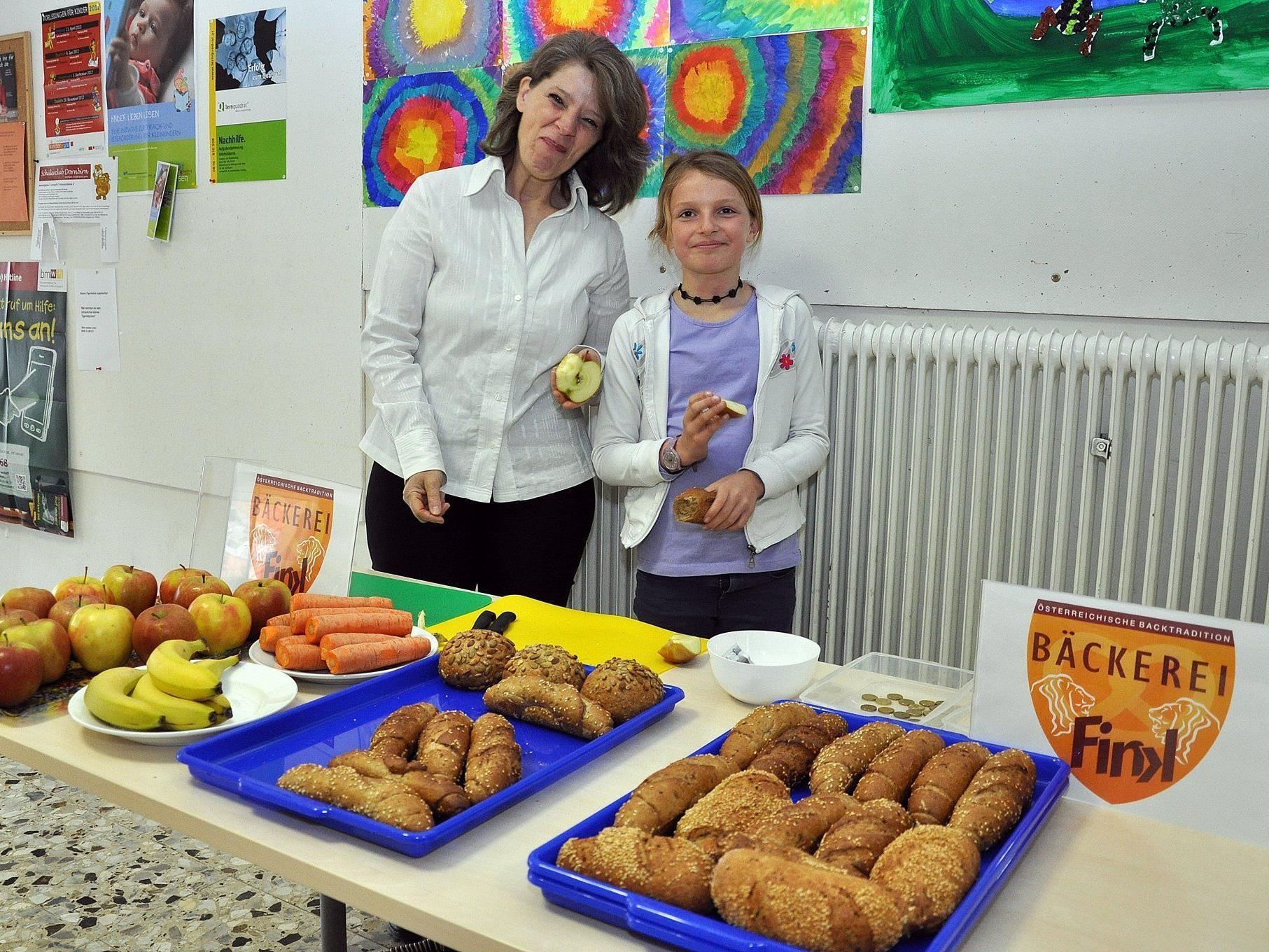 Leckere Vollkornbrötle und frisches Obst gibt es für die Oberdorfer Volksschüler.