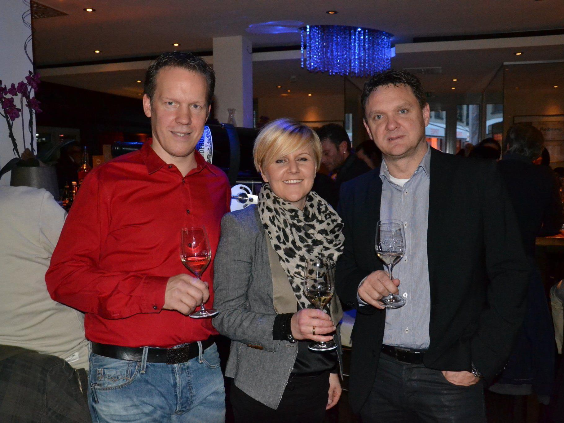 (v.l.) Gastgeber Mitch Baumann, Fleur & Bernd Schuler bei der Weinverkostung im hubers