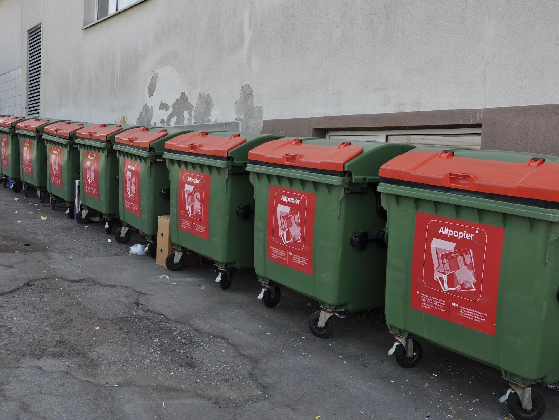 Die Papiertonnen an der Abfallsammelstelle gehören bald der Vergangenheit an.