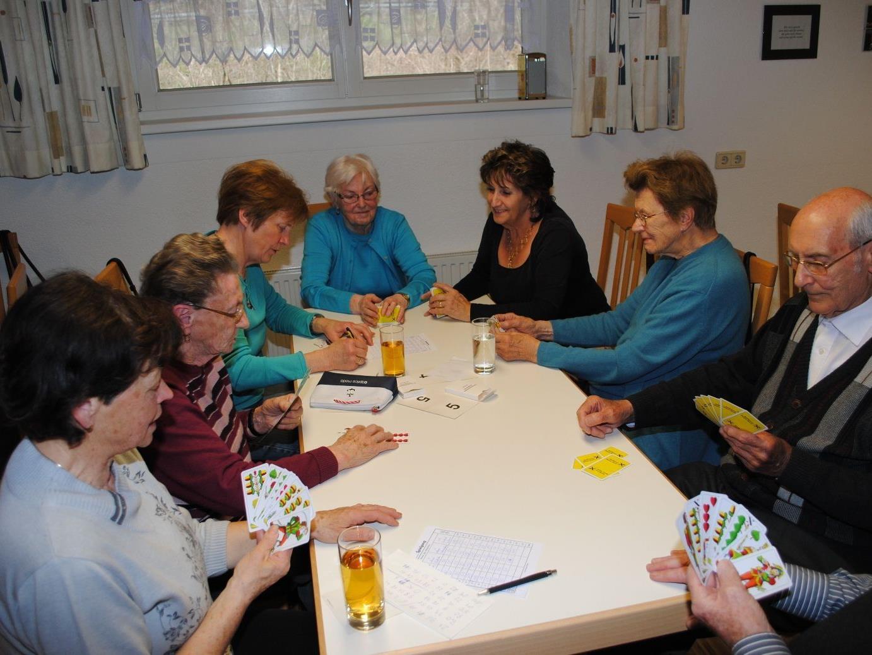 Konzentrierte Teilnehmer des Preisjassens