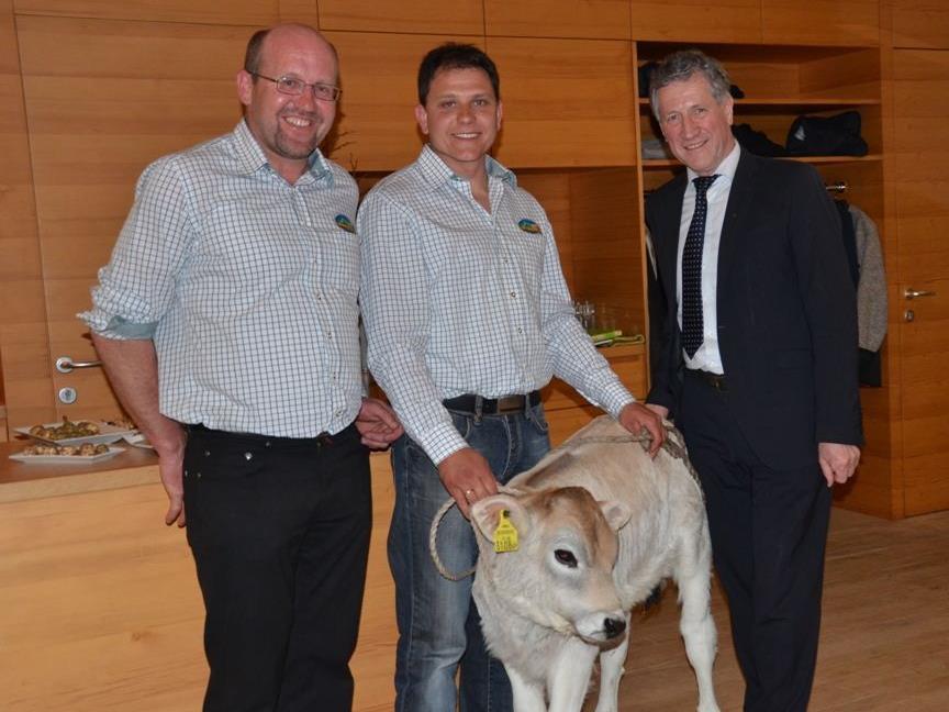 Dem scheidenden Meistersenner und Betriebsleiter Markus Hartmann wurde zum Start als Bauer ein Grauviehzuchtkalb geschenkt.