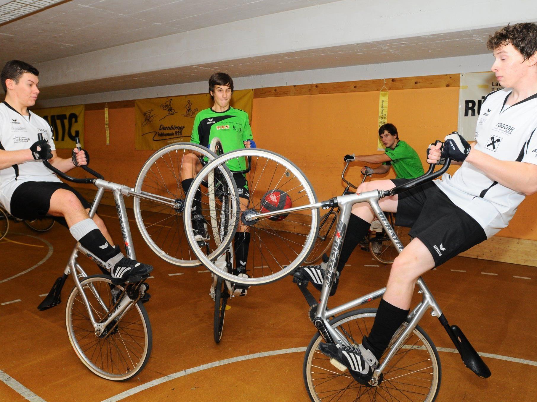 Die Radballer des RV Dornbirn sind wahre Akrobaten auf dem Fahrrad und mit dem Ball.