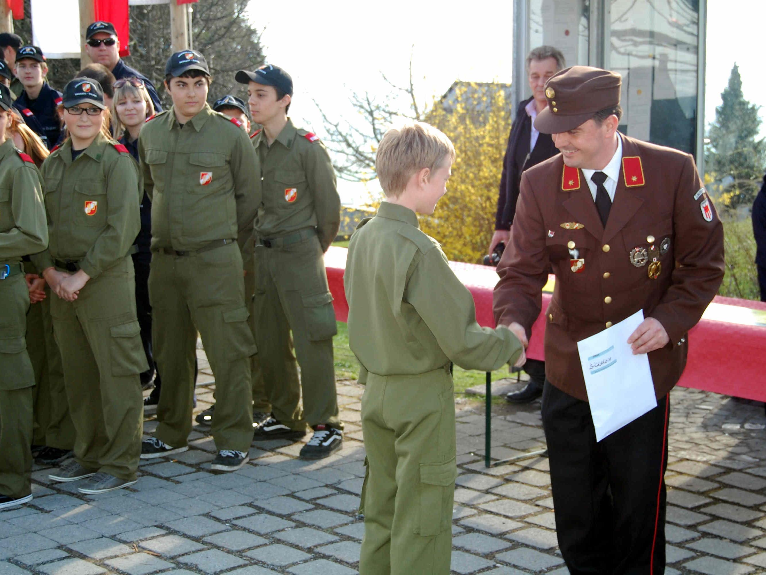 Bezirksjugendreferent Reinhard Karg gratulierte dem Feuerwehrnachwuchs.
