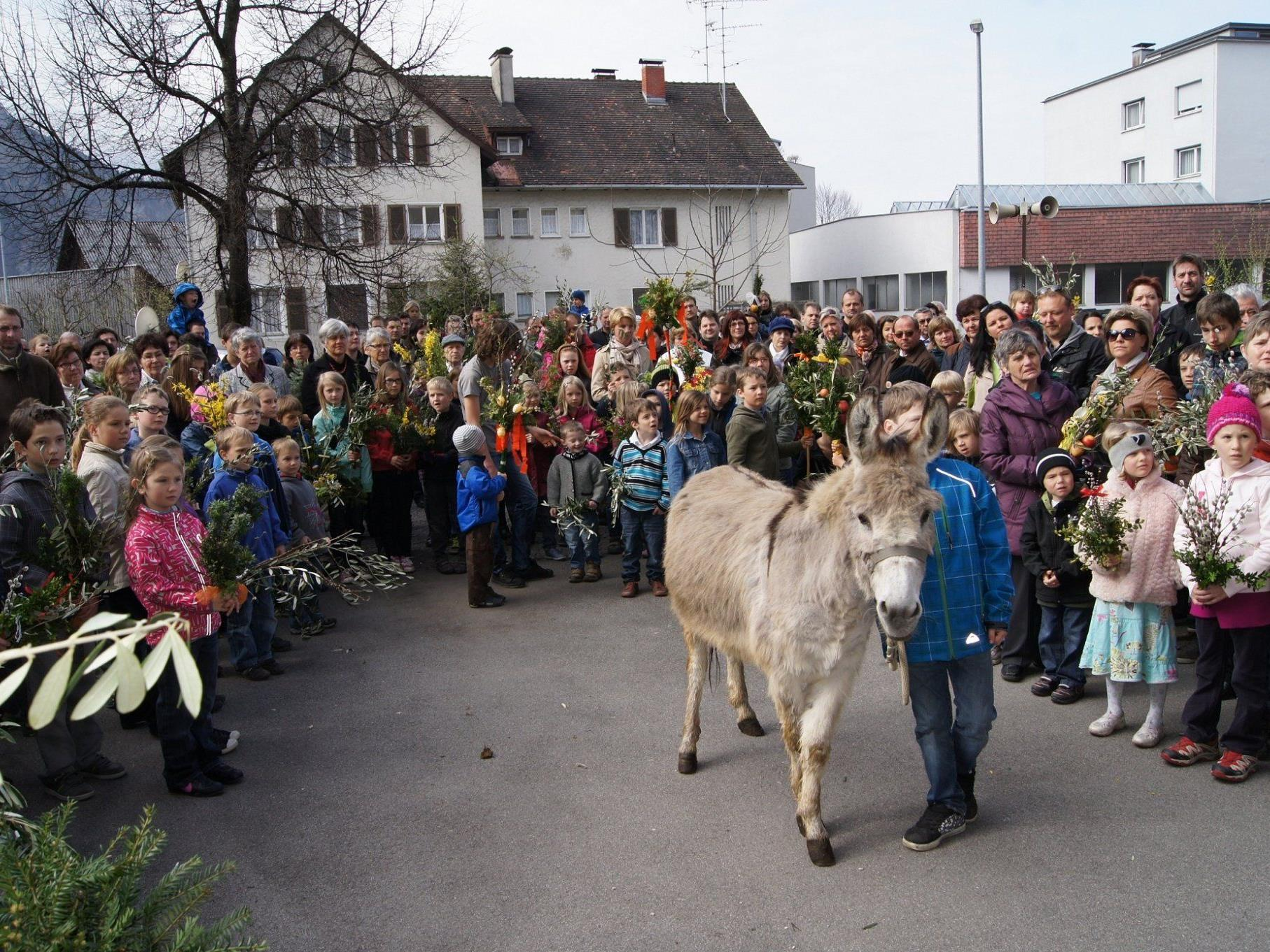 Bei der Palmweihe für die Kinder stand ein Esel vor der Hatler Kirche im Mittelpunkt.