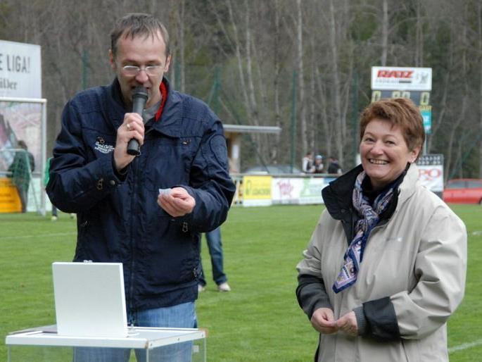 Mario Hammerer und Bürgermeisterin Theresia Handler bei der Verlosung des Gewinnspiels