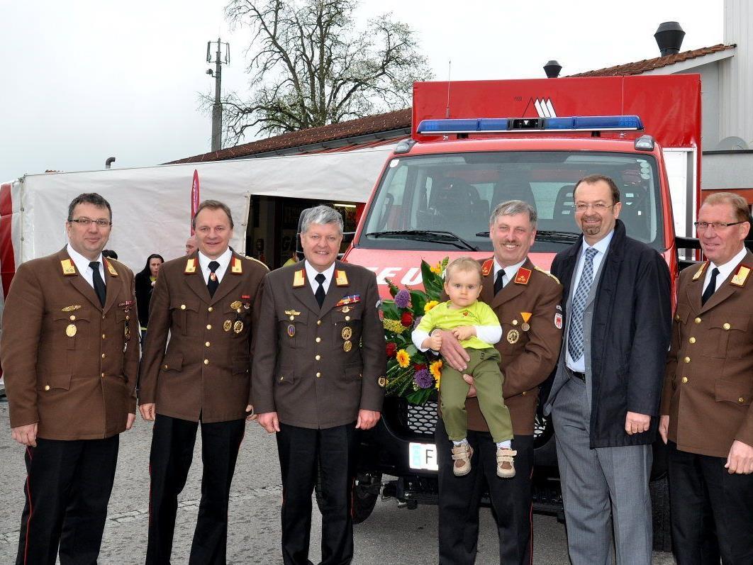 Bezirksvertr. Wolfgang Huber, AFK Eugen Böckle, BFI Manfred Morscher, Kdt. G. Hammermann mit Enkel Nico, Bgm. Siegele und LFI Hubert Vetter (v.l.).
