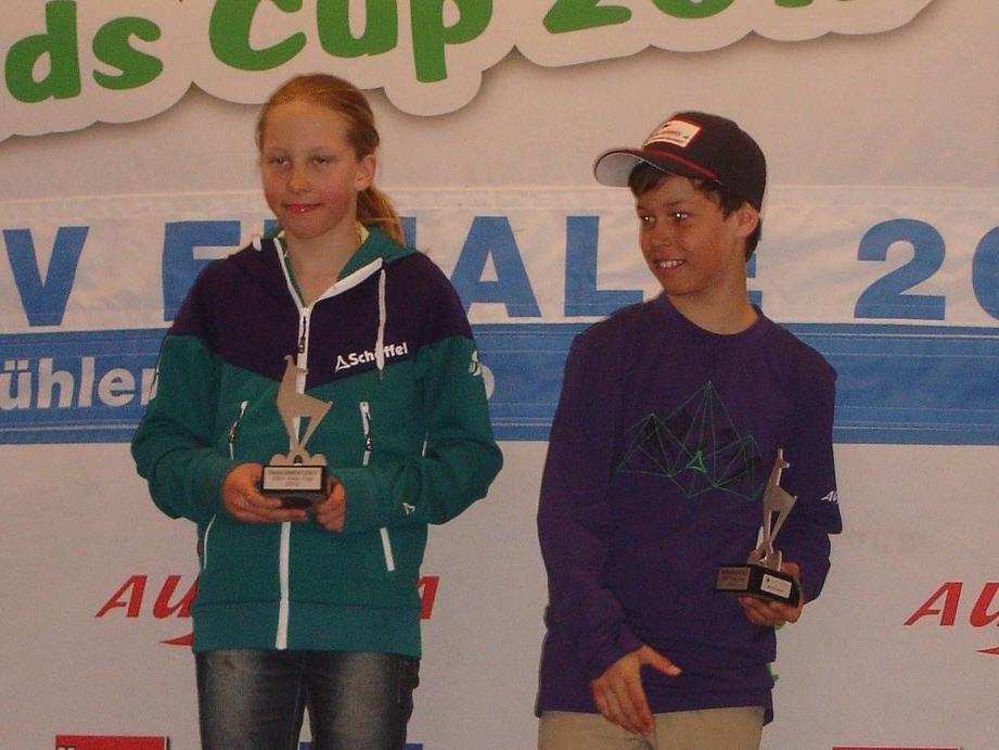 Lukas Feurstein bei der Siegerehrung, zusammen mit dem schnellsten Mädchen.