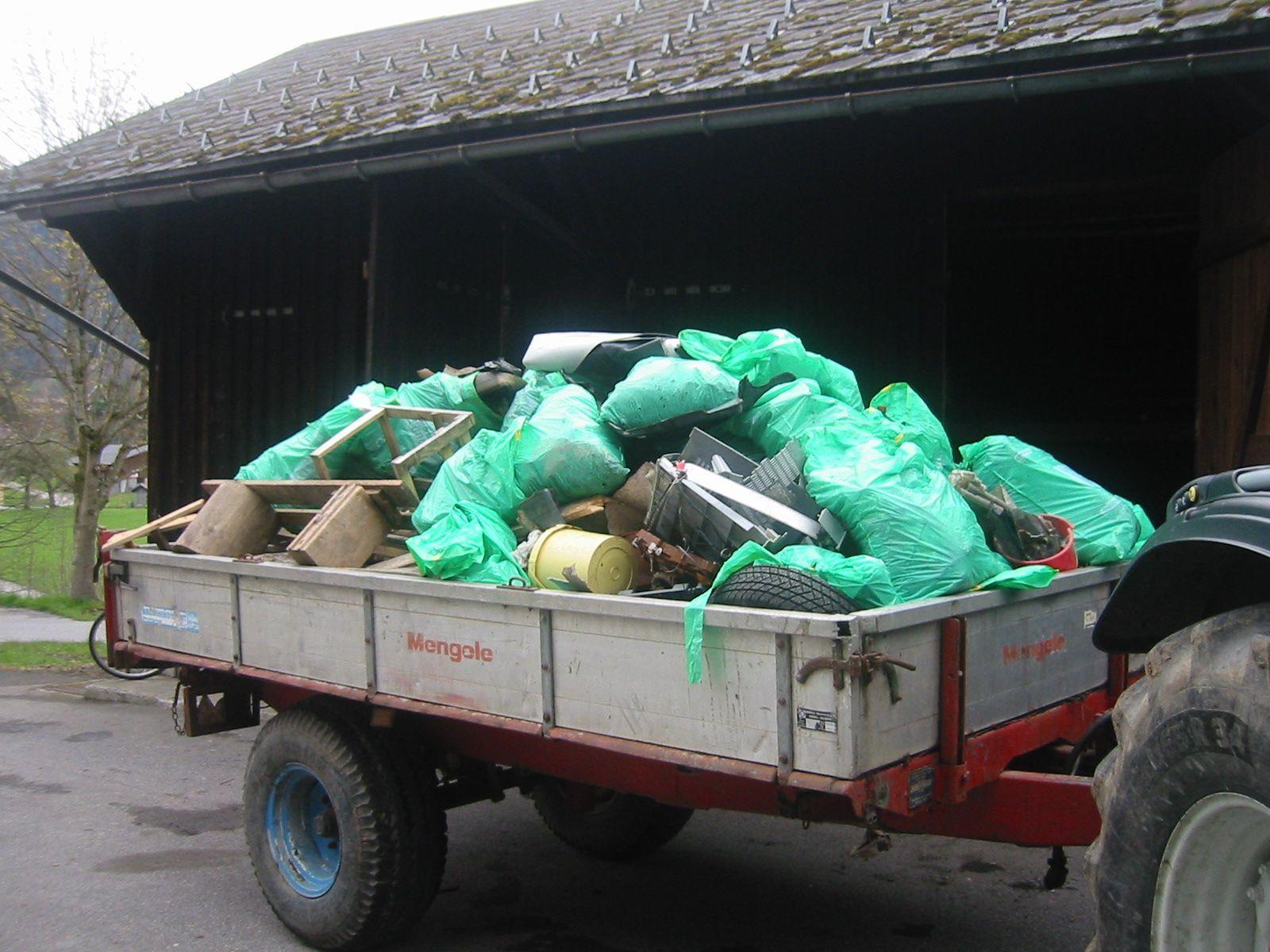 Ein Traktoranhänger mit 400 kg Müll wurden in Krumbach eingesammelt.