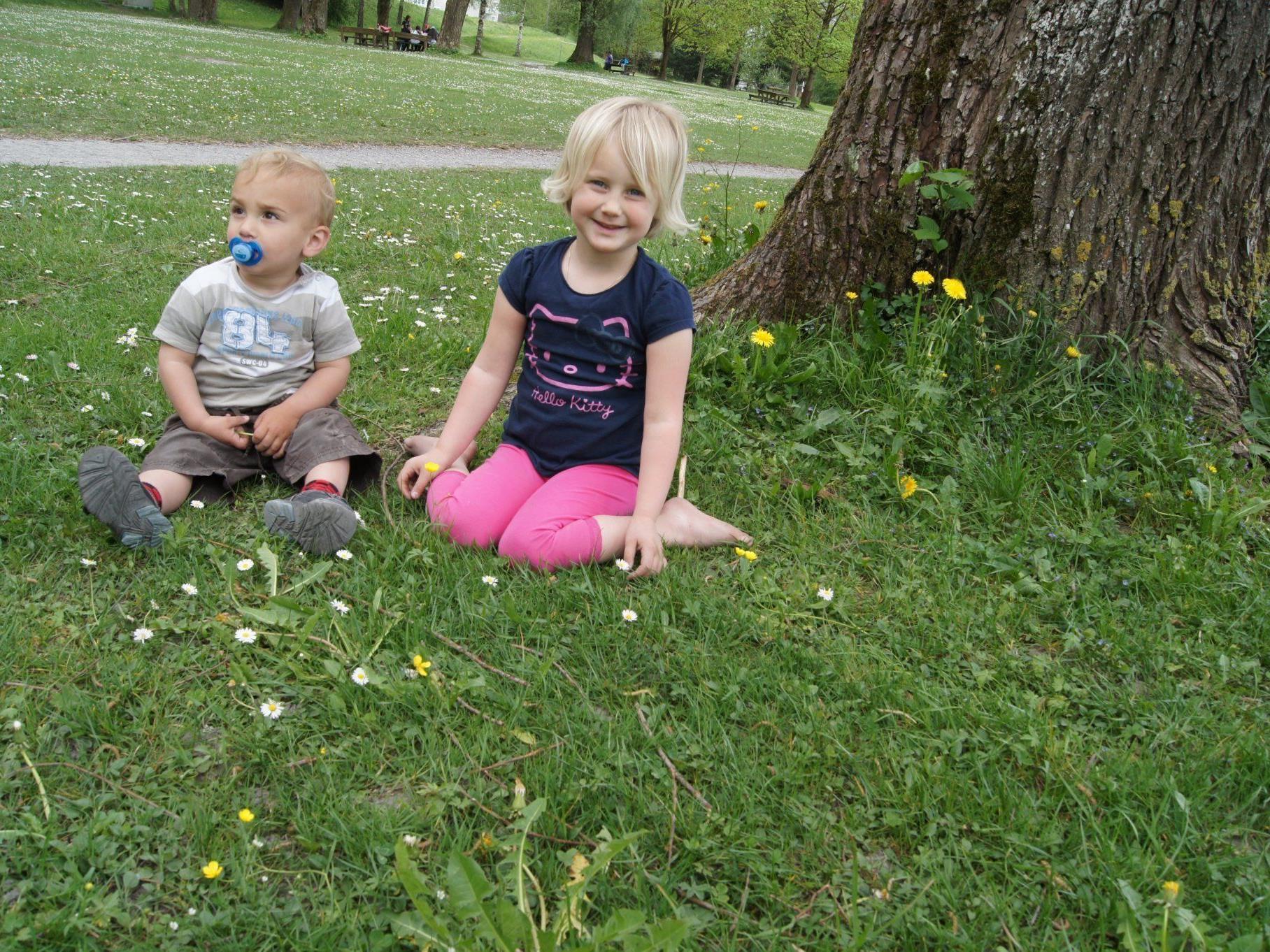 Emma und der kleine Ruben machten es sich auf der Blumenwiese gemütlich