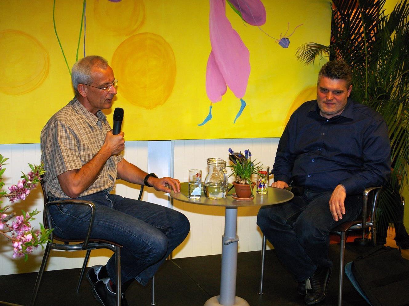 Suchtexperte Dr. Roland Wölfle im Gespräch mit Moderator George Nussbaumer.