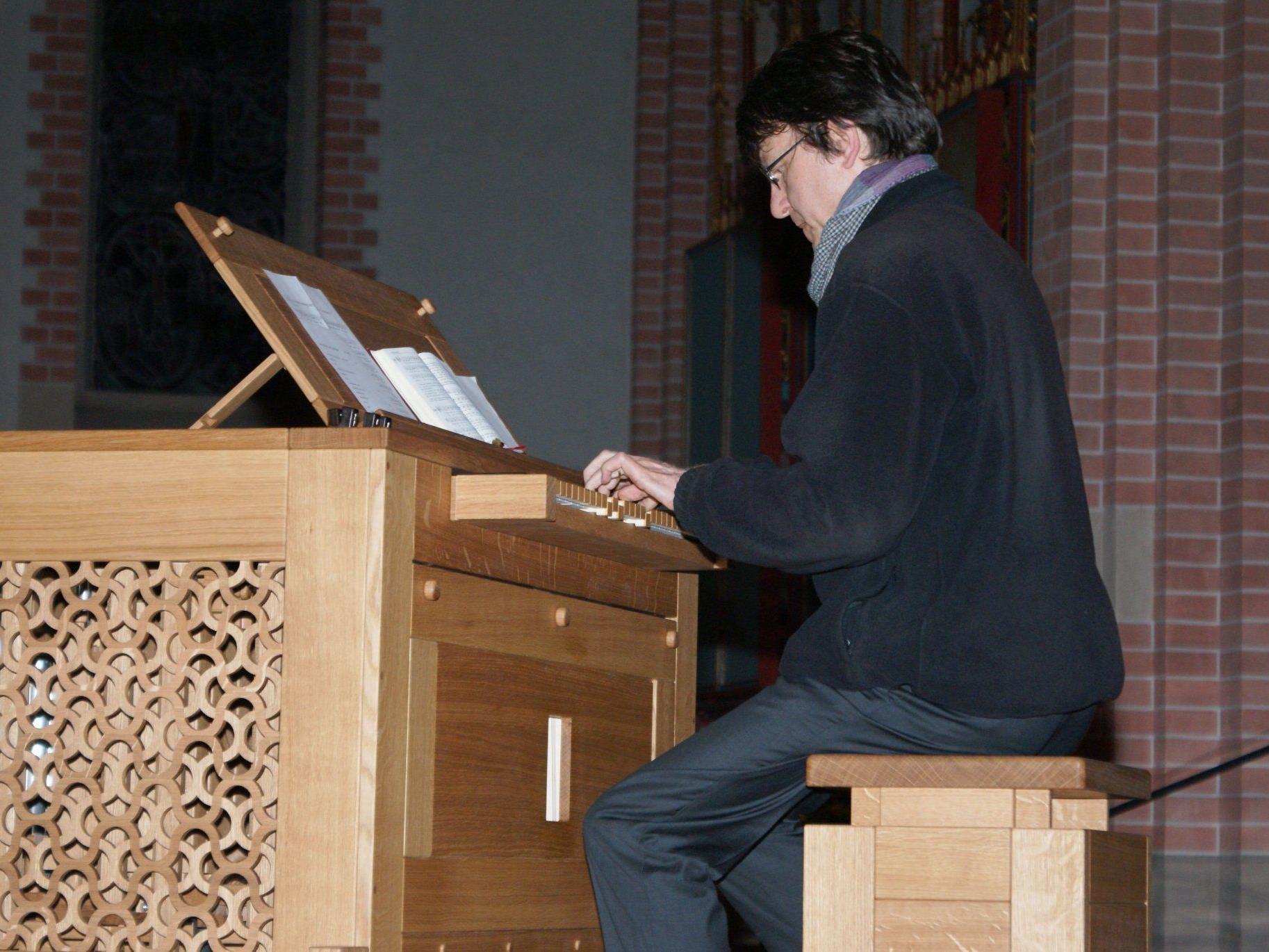 Prof. Helmut Binder an der neuen Truhenorgel