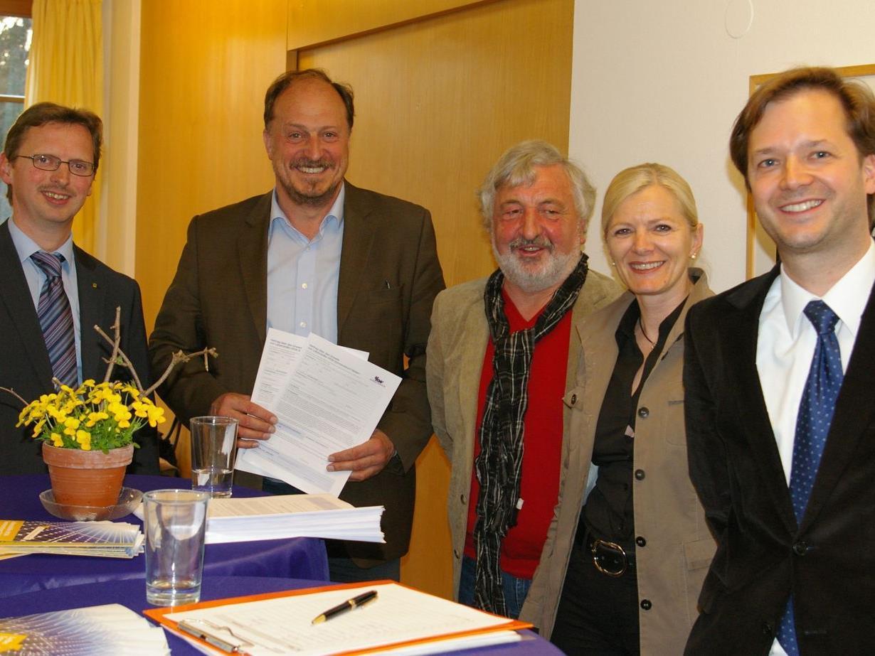 v.l.n.r.: Vorstandsdirektor Hubert Gieselbrecht (Raiba Leiblachtal), Karl Hehle (Bürgermeister von Hörbranz), Lebenshilfe-Obmann Paul Margreitter, Mag. Michaela Wagner und DI Paulus Vergeiner.