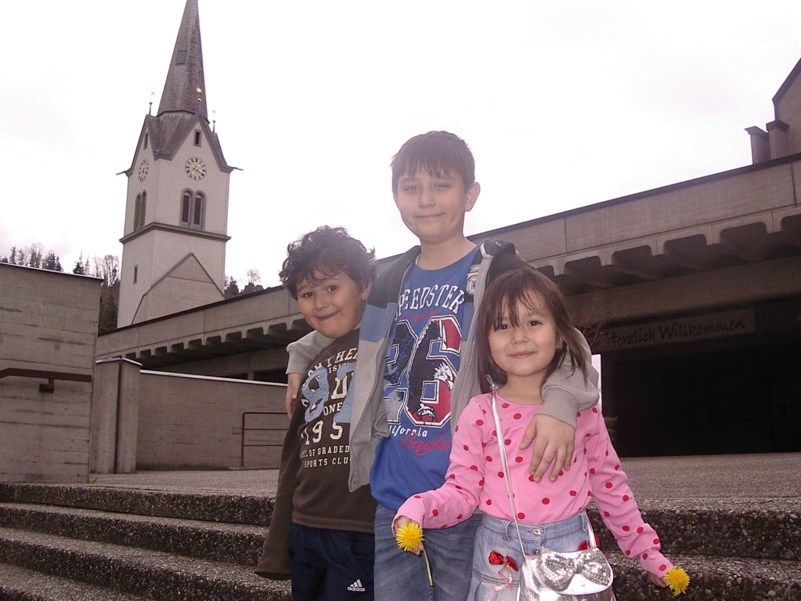 Erkay, Ergi und Huma-Selin bei der Tostner Pfarrkirche.