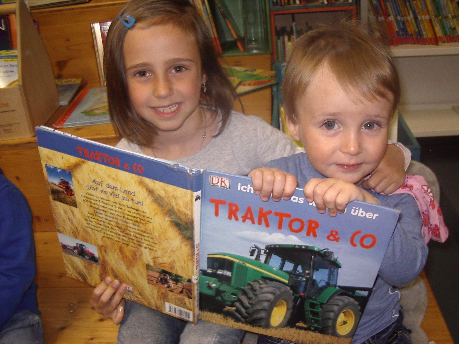Auch Stefanie und Felix besuchen gerne die Bücherei.