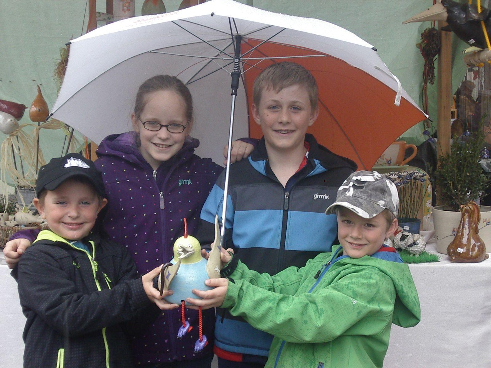 Auch Niklas, Sarah, Marc und Timo trotzden dem Wetter und statteten dem Ostermarkt einen Besuch ab.