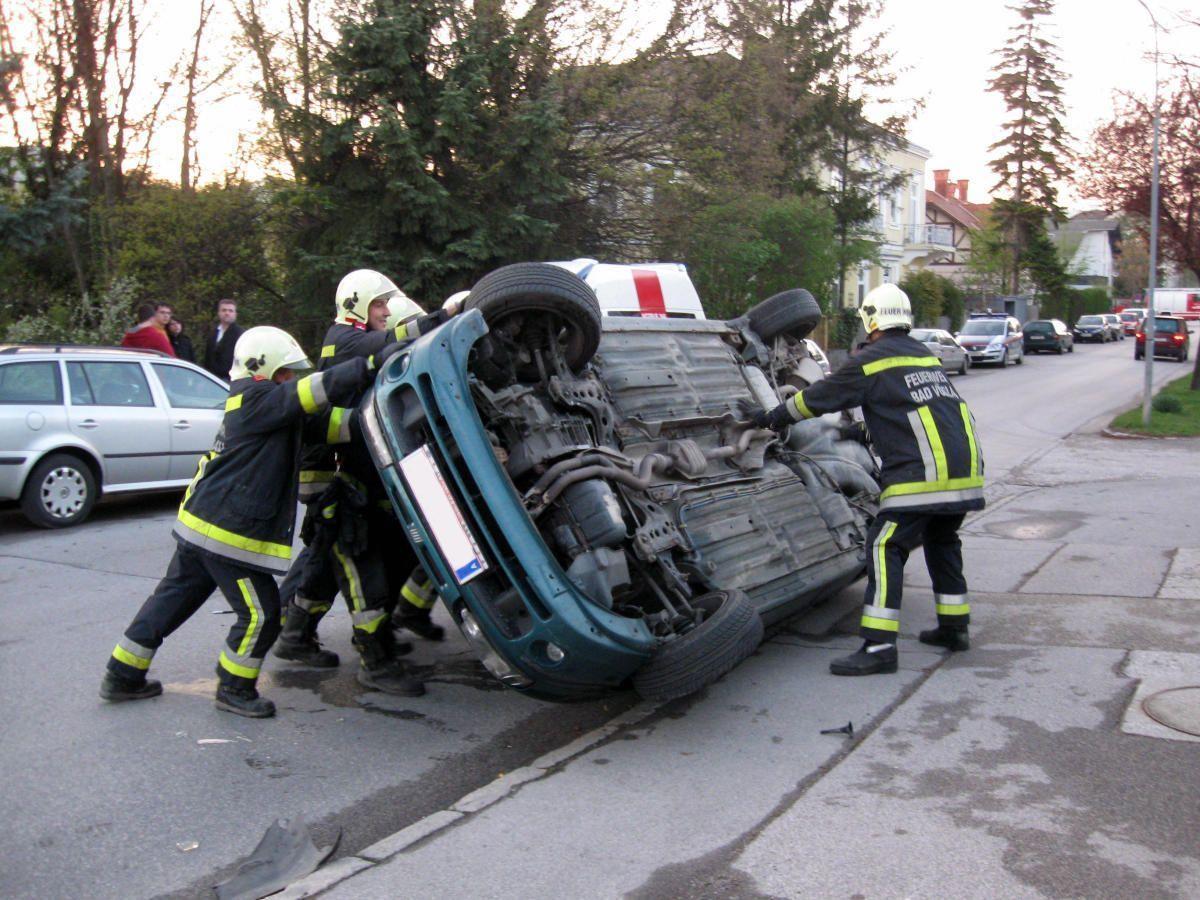 Viel Muskelkraft musste aufggewendet werden, um das Auto von der Straße zu schaffen.