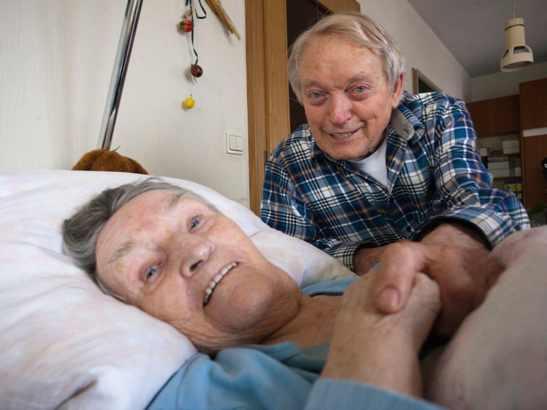 Selbst schon betagt, kümmert sich Emmerich Rusch immer noch aufopferungsvoll um seine pflegebedürftige Frau Antonia.