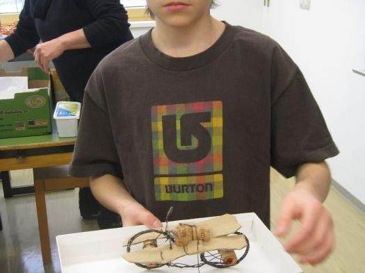 Aus Draht entstanden verschiedenste fahrbare Objekte.