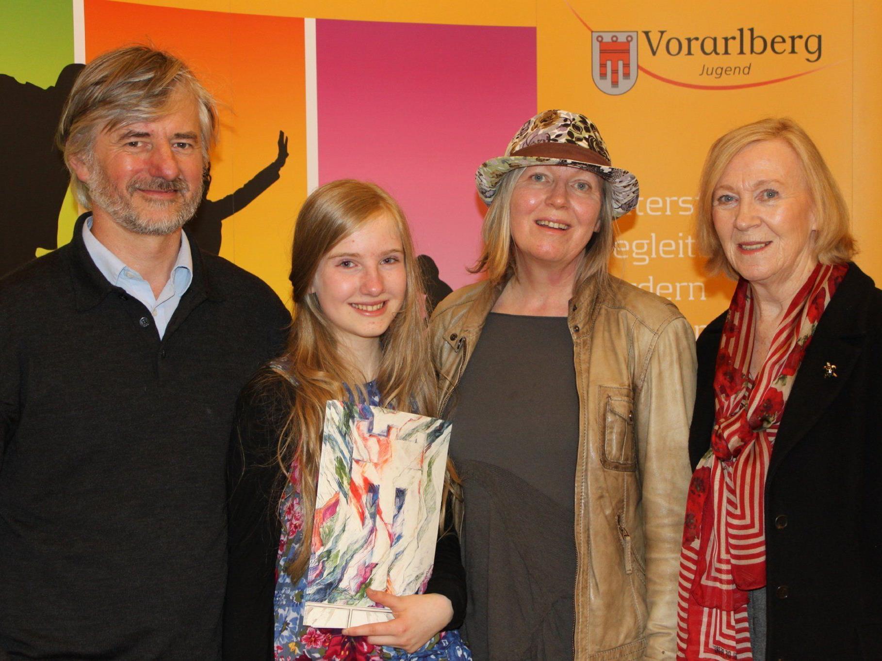 Sophia Juen mit ihren Eltern und Oma.