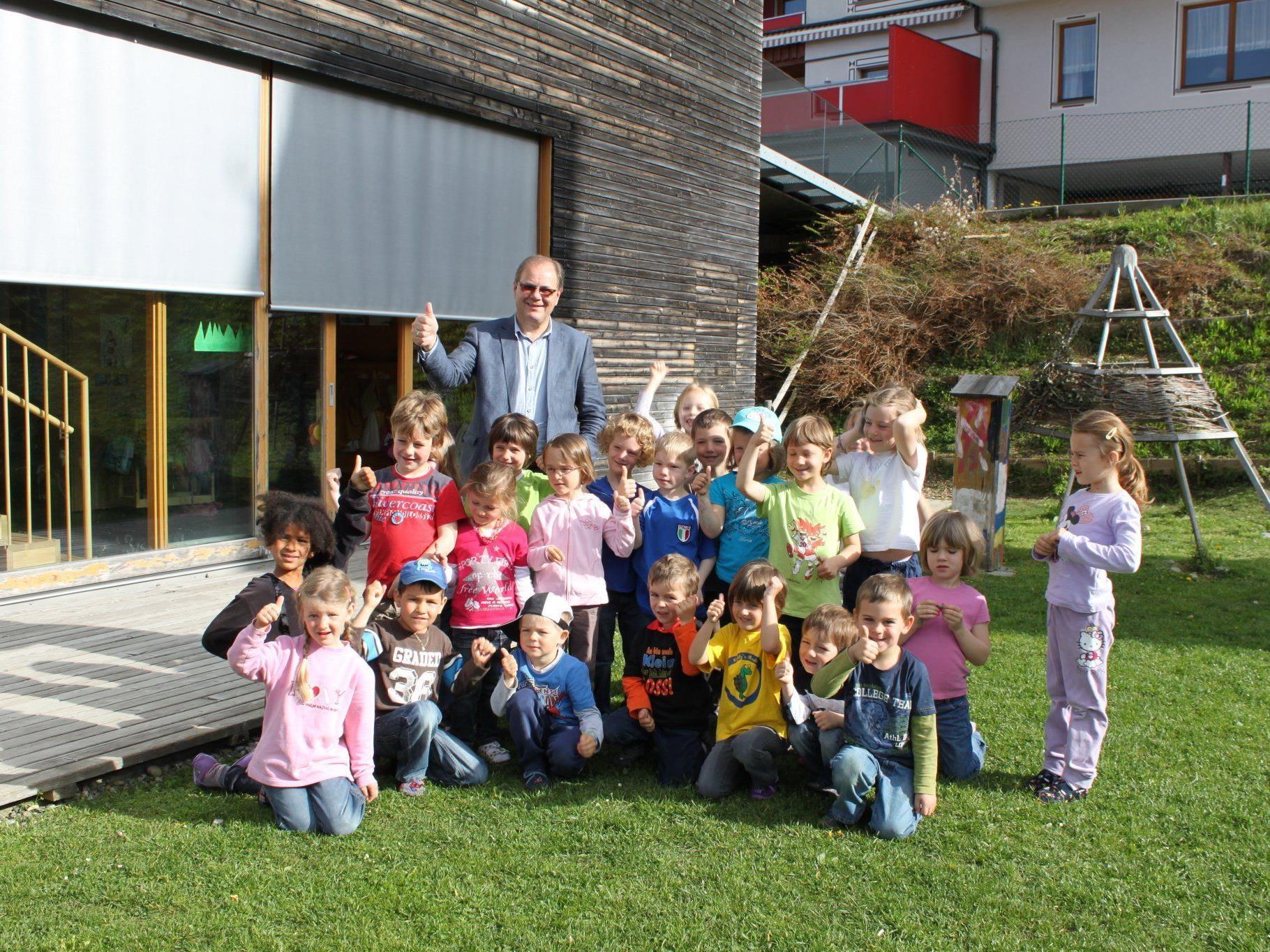 Die Kinder freuen sich mit Bürgermeister Reinhard Nachbaur über die beschlossene räumliche Erweiterung, um künftig auch alle interessierten Dreijährigen aufnehmen zu können.