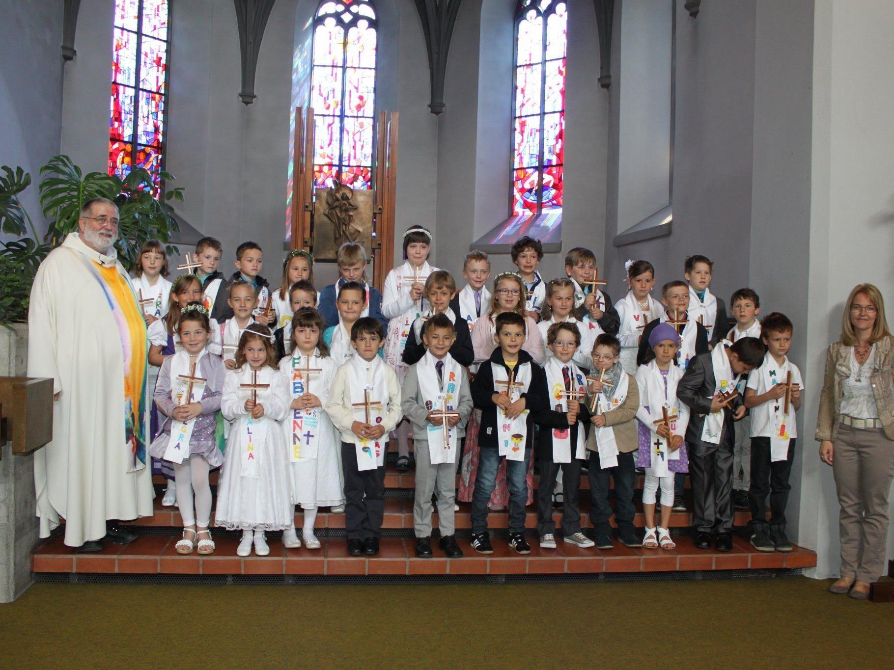 Dankfeier zur Erstkommunion in der Pfarre Göfis mit Pfarrer Norman Buschauer.