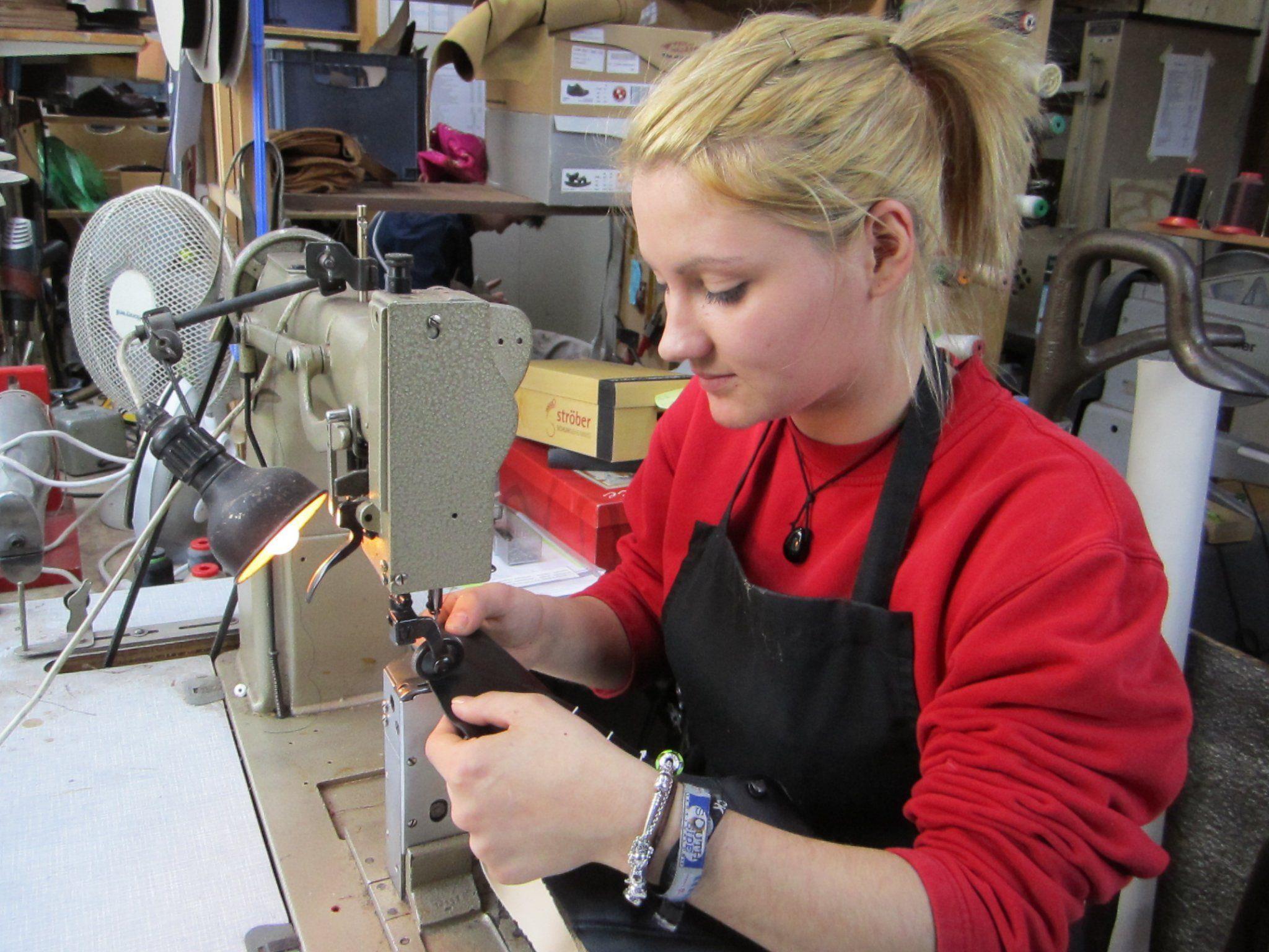 40 Arbeitsstunden stecken in einem orthopädischen Schuh, den Julia Sommer fertigt.