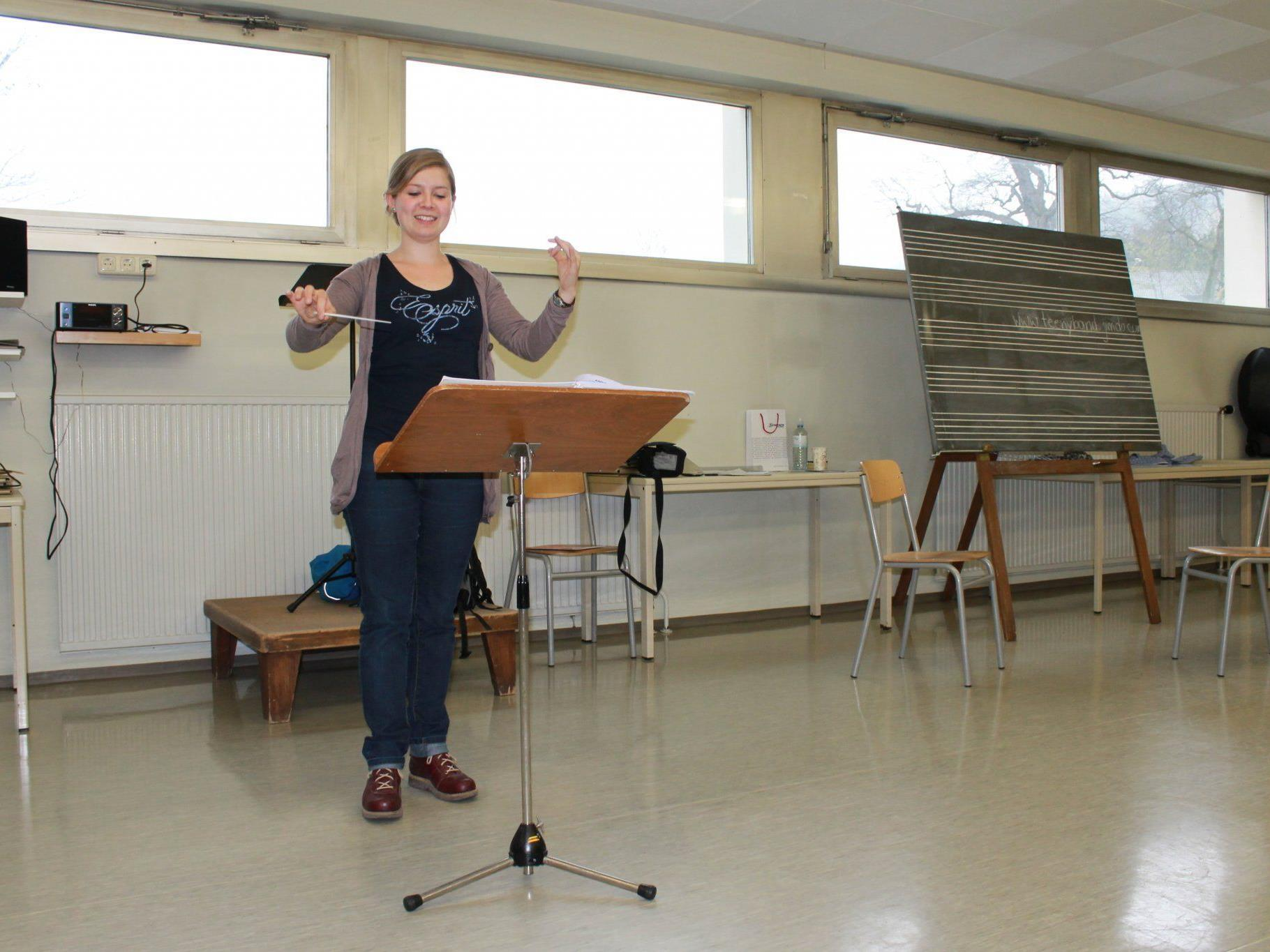 Johanna Müller dirigiert als Kapellmeisterin die Harmoniemusik Tisis-Tosters.