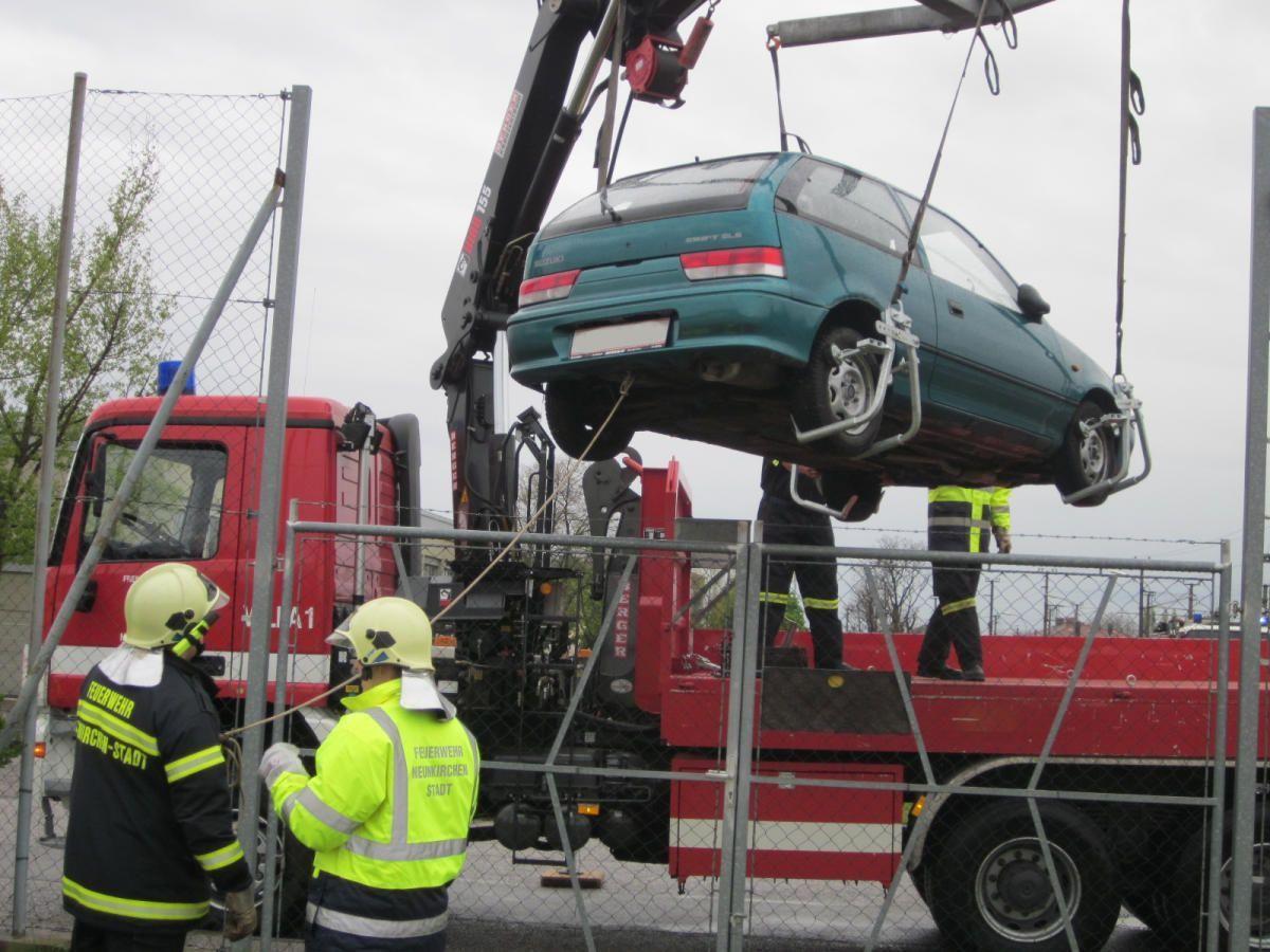 Durch den Zaun einer HAK in Neunkirchen rutschte dieses Auto