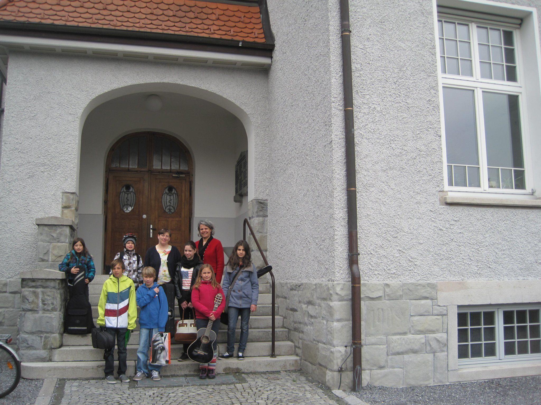 Direktorin, Lehrkörper und Schüler laden zum Tag der offenen Tür ein