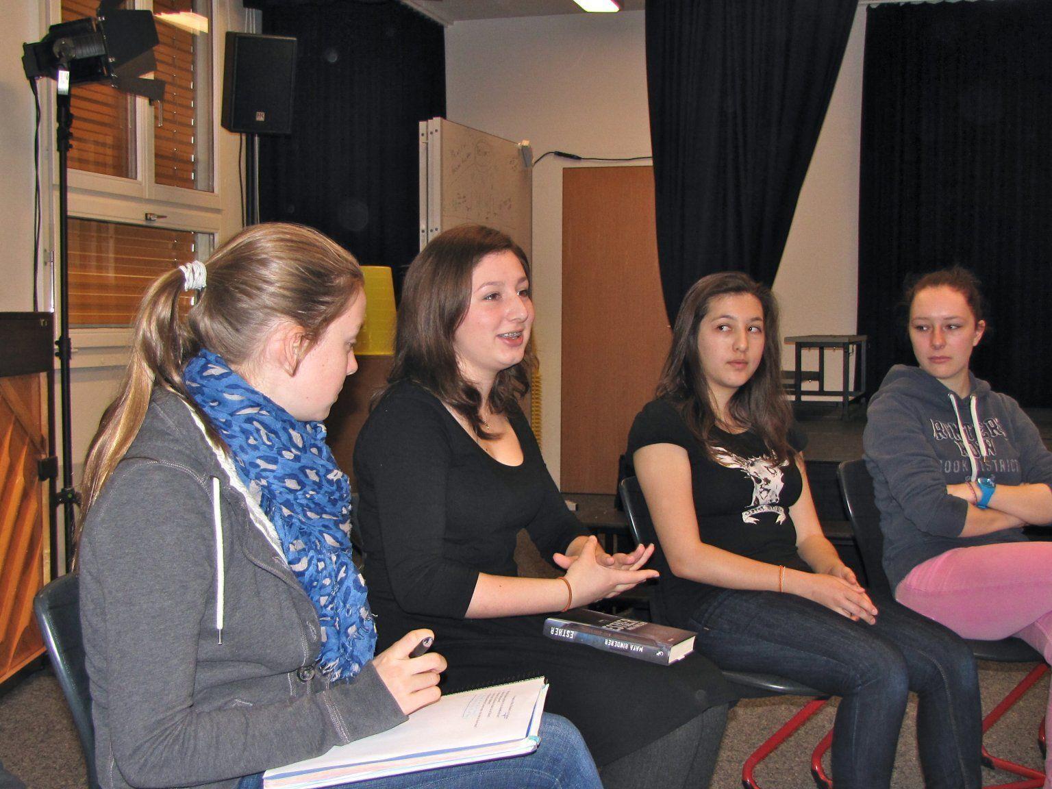 Maya Rinderer (3. v. l.) bei den Schülern der International School Rheintal in Buchs