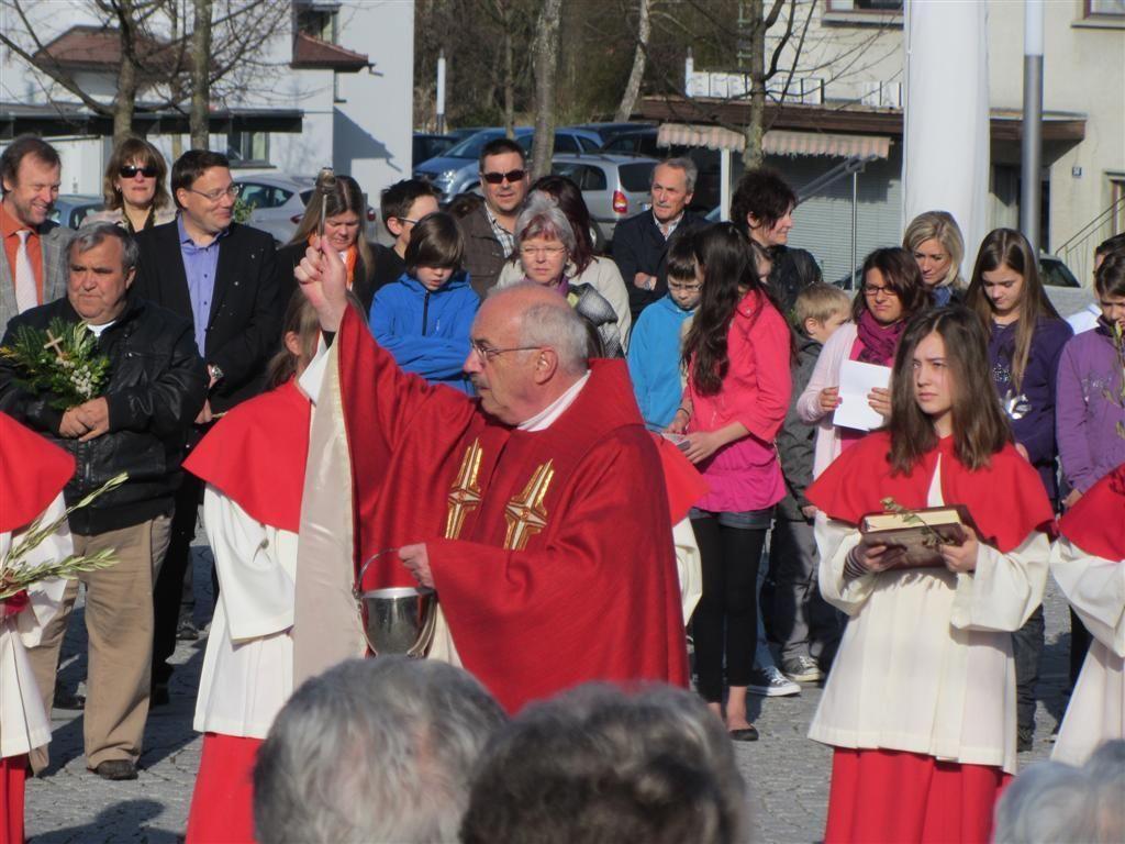 Pfarrer Roland Trentinaglia bei der Palmweihe