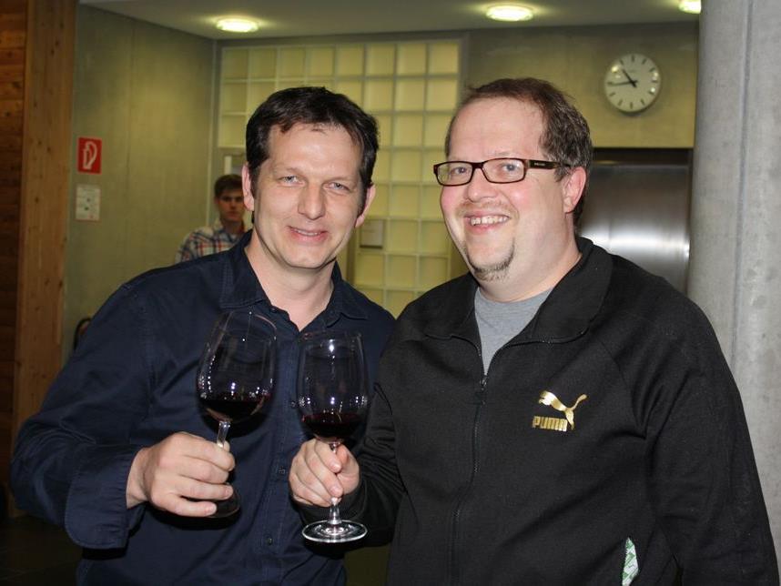 Martin Fink und Küchenchef Thomas Pfeiffer stoßen auf den gelungenen Abend an.
