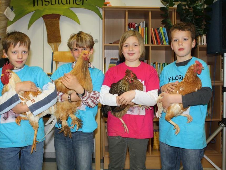 Die Müselbacher Kinder haben ein inniges Verhältnis zu ihren Hühnern.