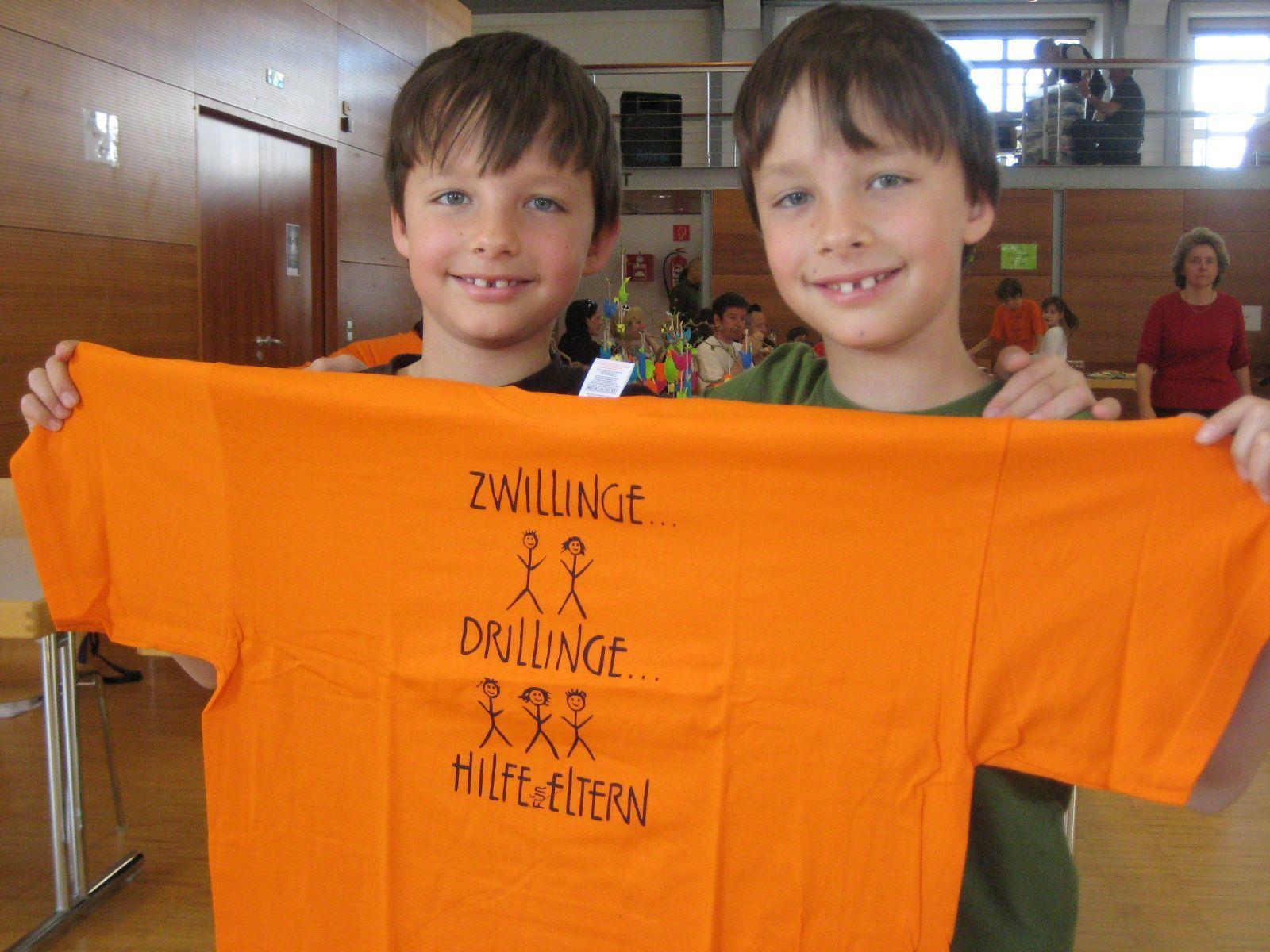 Die Zwillinge Eric und Luca hatten viel Spass bei der Kleiderbörse.