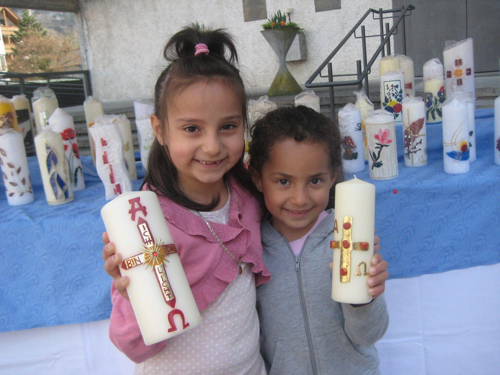 Angjelina und Cheyenne entdeckten hübsche Osterkerzen.