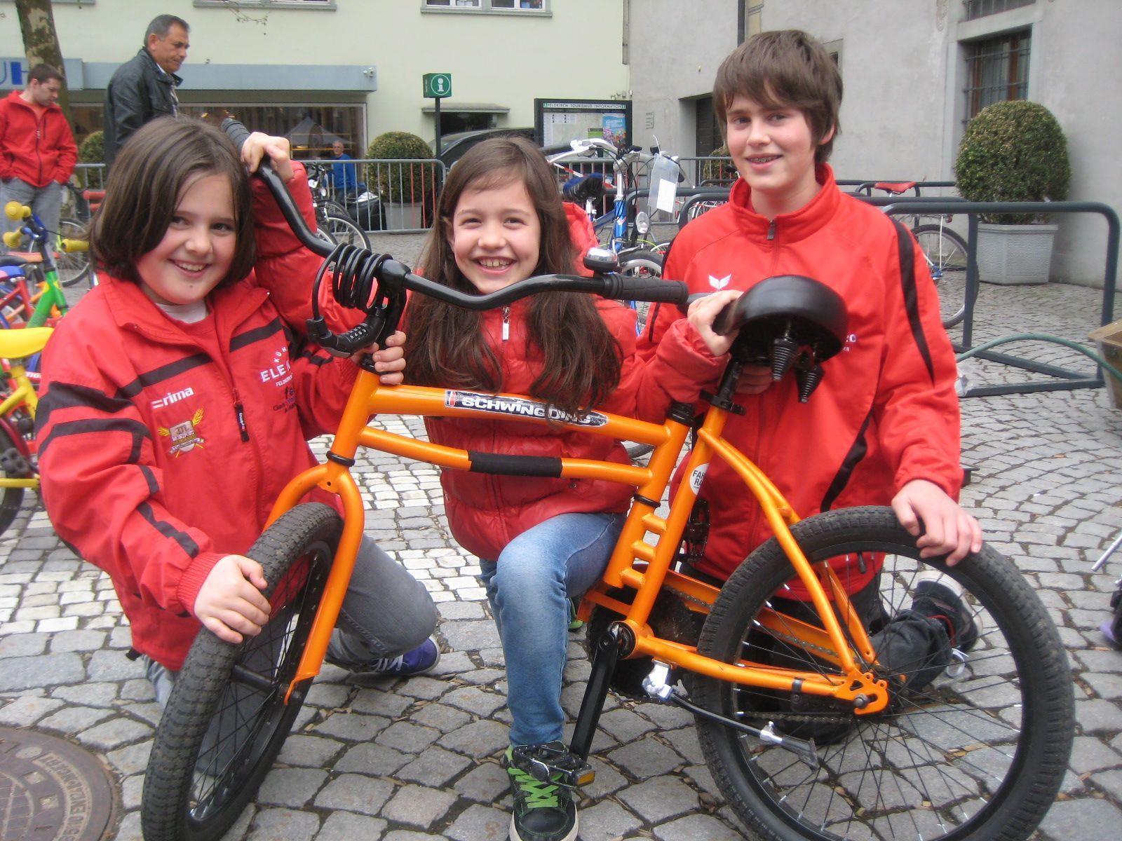 """Julia, Sarah und Stefan vom RC Böhler Gisingen mit """"Schwingding-Rad""""."""