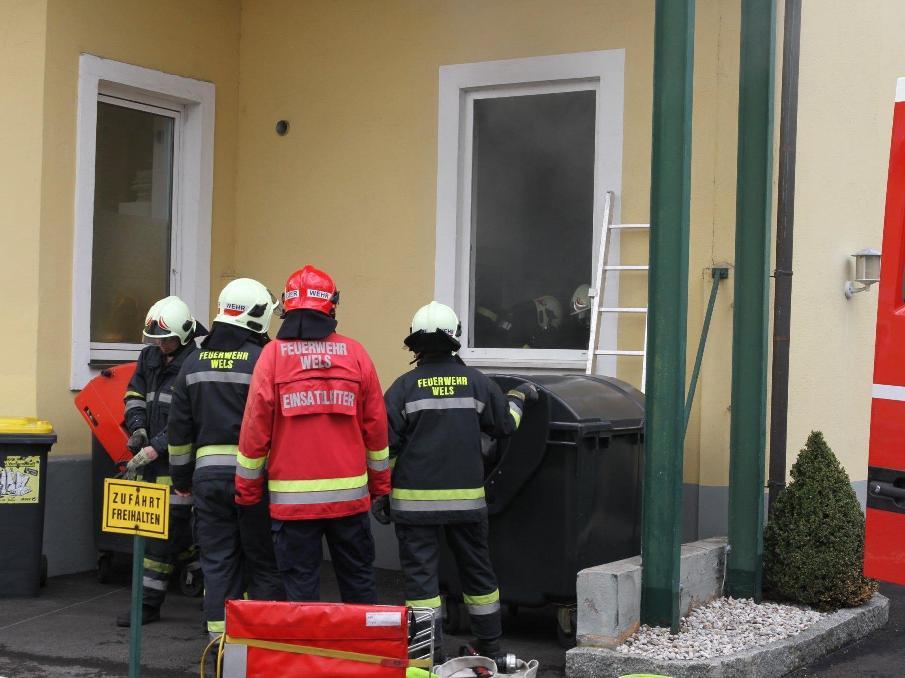 Ein Mann stürzte durch eine Glastür, als er versuchte den Brand zu löschen.