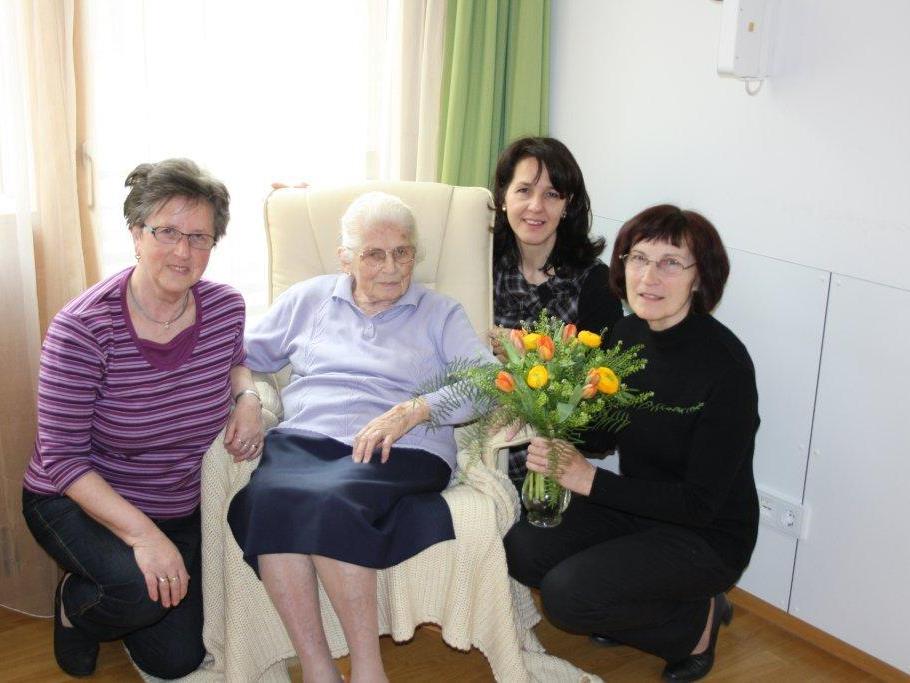 Eine Vertretung der Frauenbewegung Götzis gratulierte kürzlich Klara Gächter zum 100. Geburtstag