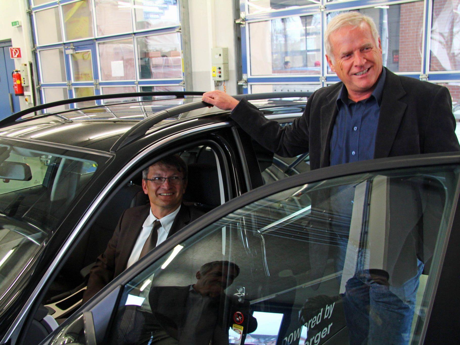 Wifi Betriebsleiter Peter Hoch und Institutsleiter Thomas Wachter freuen sich über das neue Ausbildungsfahrzeug.