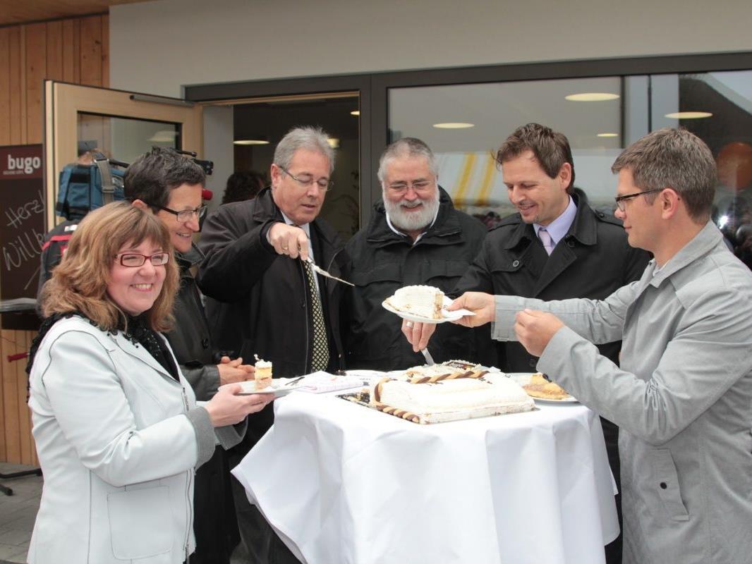 Mit dem Anschneiden der bugo-Torte durch die Ehrengäste endete der offizielle Festakt der Bücherei-Eröffnung
