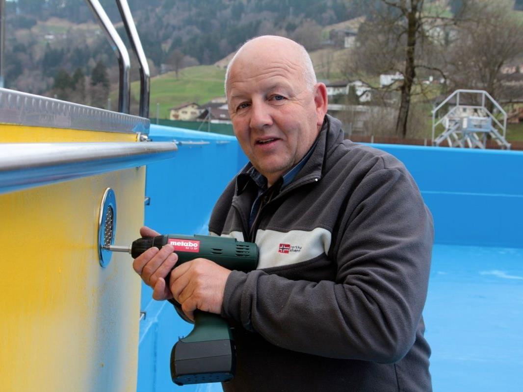 Bademeister Erwin Wehinger hat alle Hände voll zu tun, das älteste Schwimmbad Vorarlbergs wieder fit zu machen.